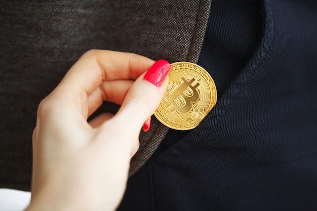 Bitcoin cryptocurrency moeda no seu bolso