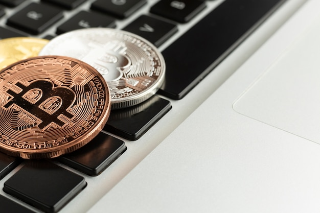 Bitcoin de close-up em cima do laptop