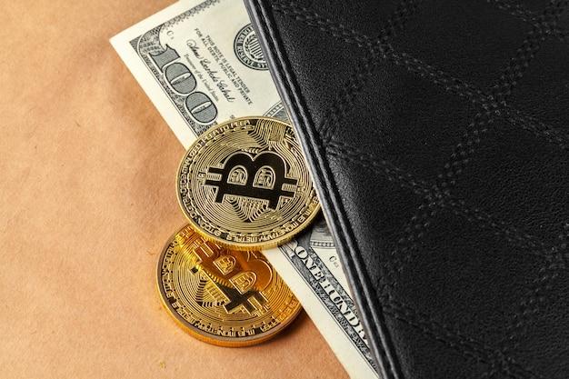 Bitcoin de ouro de moeda criptográfica digital e dólares americanos.