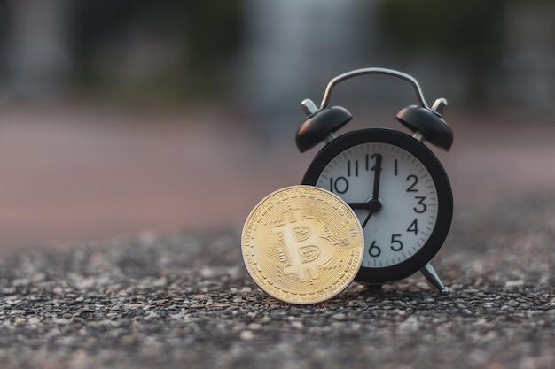 Bitcoin despertador preto no chão de pedra