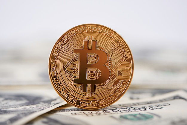 Bitcoin dourado brilhante velhas notas de cem dólares