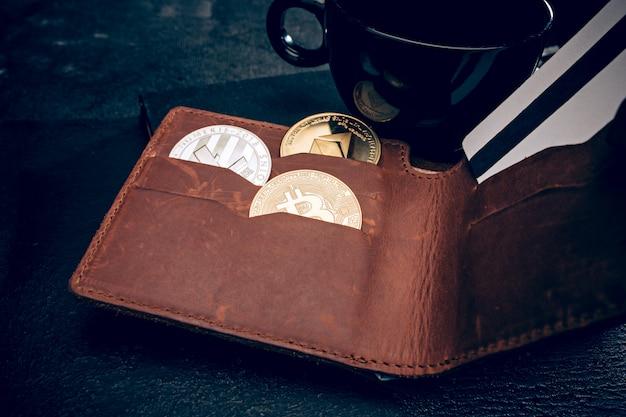 Bitcoin dourado, cartão de crédito de bolsa masculina