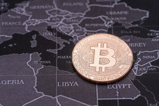 Bitcoin dourado com fundo reflexo e retro do mapa.