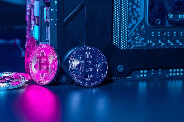 Bitcoin dourado e chip de computador em