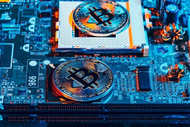 Bitcoin dourado e chip de computador no fundo