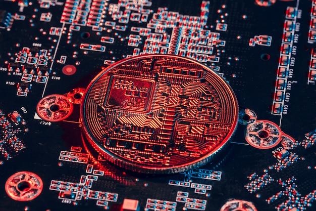 Bitcoin dourado e chip de computador