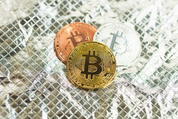 Bitcoin dourado em cima da mesa