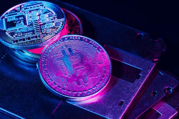 Bitcoin dourado em disquete