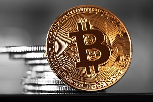 Bitcoin dourado em fundo de madeira