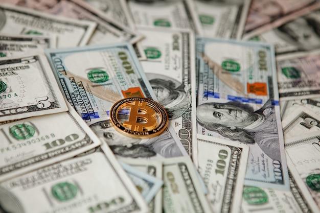 Bitcoin dourado em notas de dólar americano