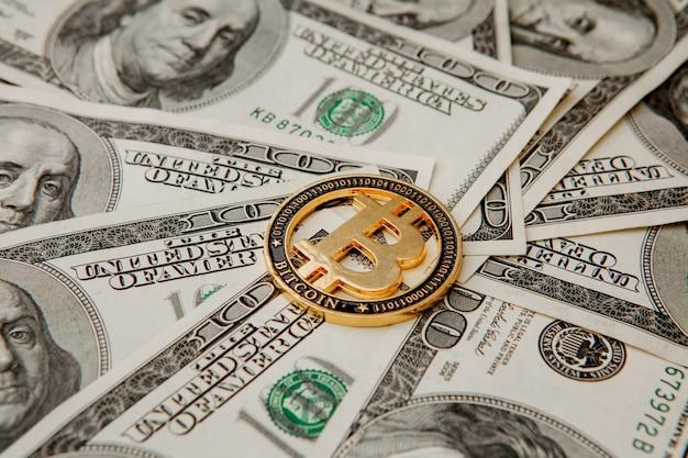 Bitcoin dourado em notas de dólar. conceito de troca de dinheiro eletrônico