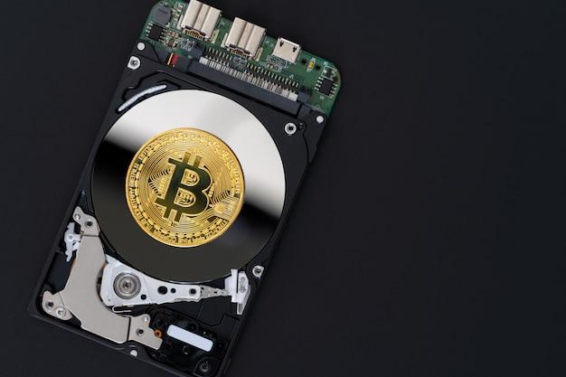 Bitcoin dourado em preto, moeda criptográfica e blockchain de rede