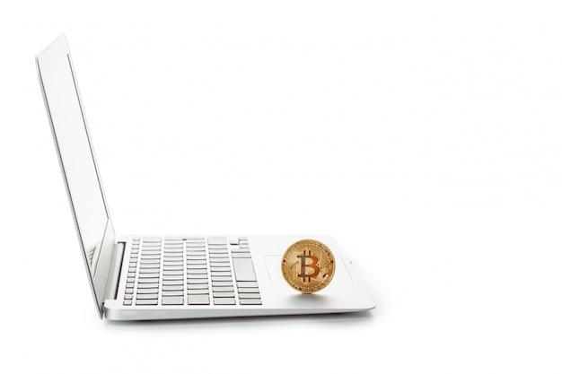 Bitcoin dourado em um laptop