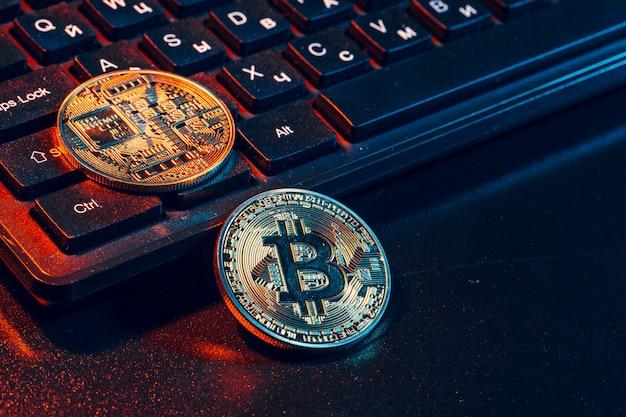 Bitcoin dourado moeda criptomoeda no teclado do laptop.