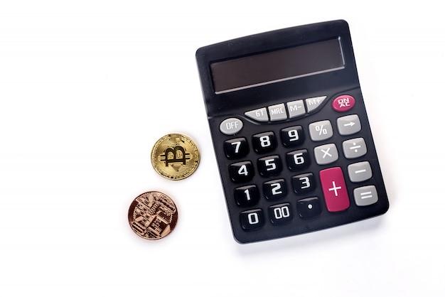 Bitcoin dourado na calculadora desfocado