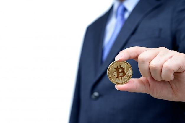 Bitcoin dourado na mão de um homem. blockchain e nova moeda virtual.