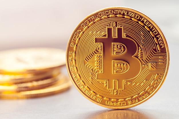 Bitcoin dourado na mesa de uma pilha de outros bitcoins
