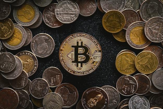 Bitcoin dourado na moeda de dinheiro, conceito de criptomoeda.