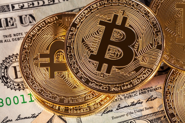 Bitcoin dourado no fundo de contas de dinheiro