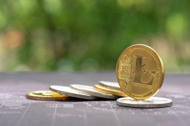 Bitcoin dourado no mapa retrô