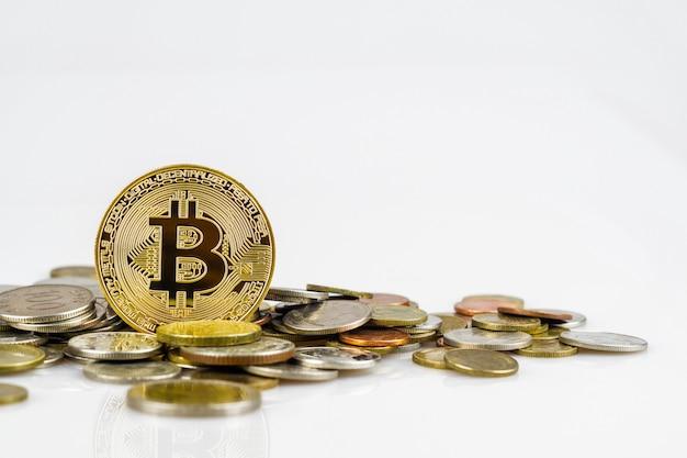 Bitcoin dourado sobre muitas moedas internacionais do dinheiro