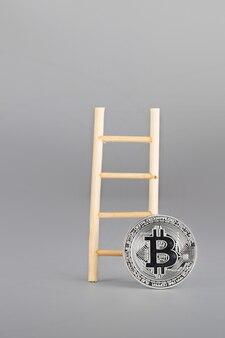 Bitcoin e escada de madeira. fechar-se
