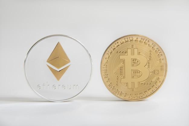 Bitcoin e ethereum dourados