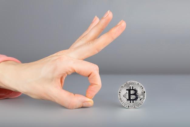 Bitcoin e mão humana. fechar-se