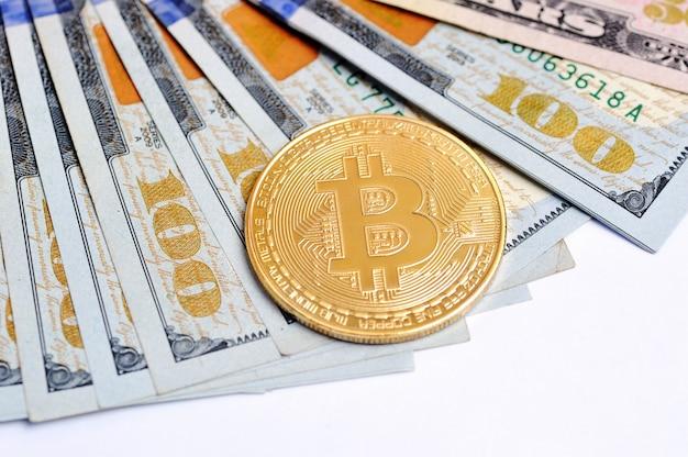 Bitcoin é uma moeda de ouro em notas de dólar. conceito financeiro