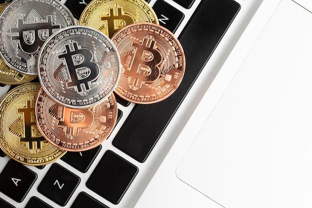 Bitcoin em cima de close-up de laptop