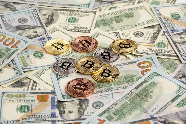 Bitcoin em cima de papel-moeda
