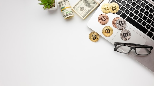 Bitcoin em cima do laptop plana leigos