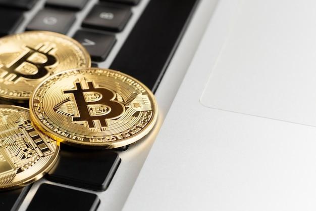 Bitcoin em cima do teclado