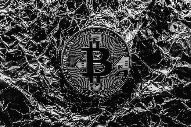 Bitcoin em fundo prata. reduzindo a criptomoeda pela metade. a crise na economia. foto macro