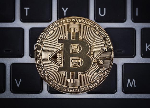 Bitcoin em um computador de teclado de laptop