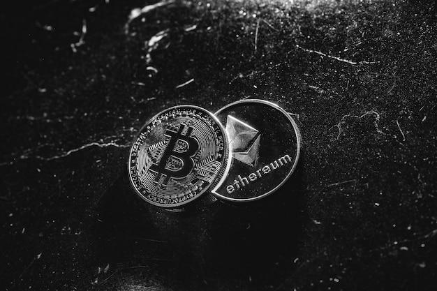 Bitcoin em um fundo escuro. ethereum e bitcoin sobem e descem de preço. o grande valor da criptomoeda no mercado econômico. negociação - novas oportunidades de bitcoin.