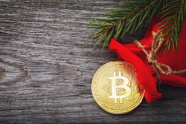 Bitcoin em uma sacola vermelha como presente de ano novo com espaço de cópia