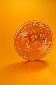 Bitcoin moeda virtual do bitcoin de money.gold em um fundo do ouro. criptomoeda