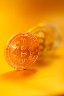 Bitcoin moeda virtual do bitcoin de money.gold em um fundo do ouro.