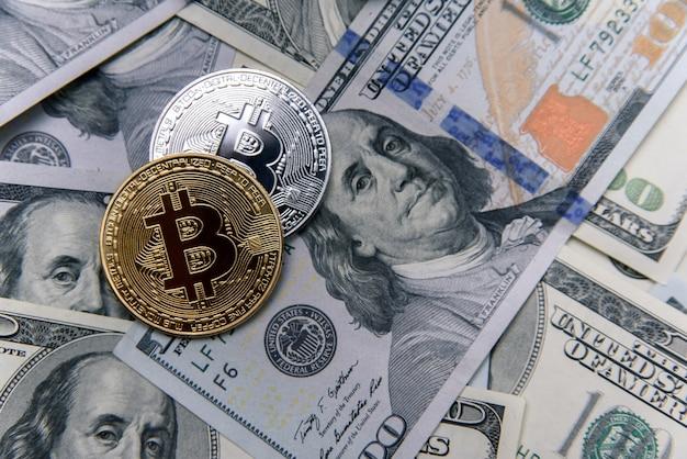 Bitcoin moedas de ouro e prata nas notas de dólar. investimento em dinheiro eletrônico. conceito de negócio de criptomoeda.