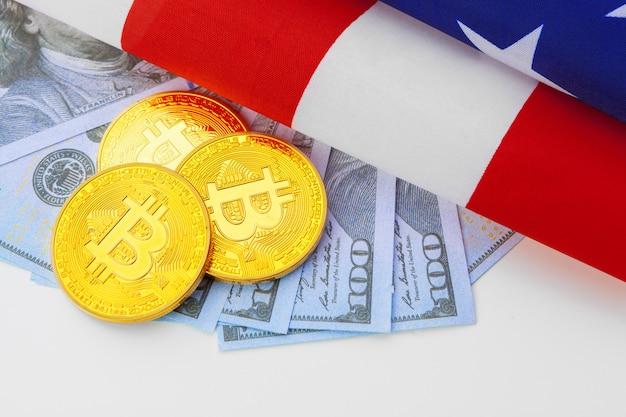 Bitcoin moedas físicas na bandeira americana com dólares