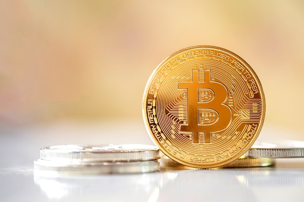 Bitcoin na frente no fundo desfocado brilhante, dinheiro virtual de criptomoeda novo conceito é o futuro dos pagamentos financeiros on-line de moeda digital, espaço de texto de cópia gratuita.