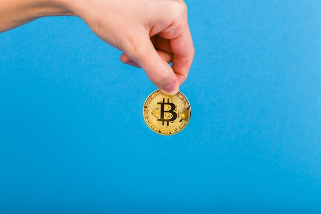 Bitcoin na mão. conceito de retenção de bitcoin.