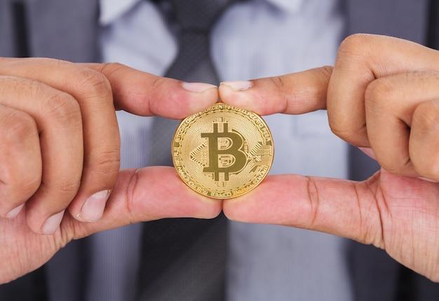 Bitcoin na mão do homem de negócios