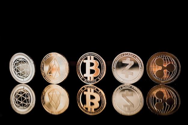 Bitcoin no chão de reflexão escuro