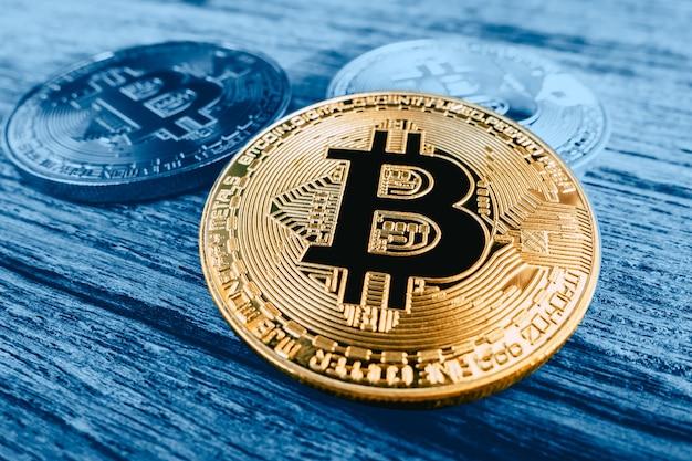 Bitcoin no fundo de madeira azul