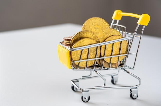 Bitcoin no mini carrinho de compras para compras on-line