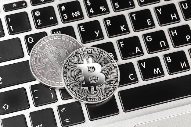 Bitcoin no teclado do laptop