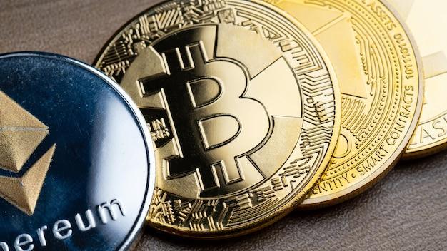 Bitcoin prata e ouro comercial na mesa de madeira