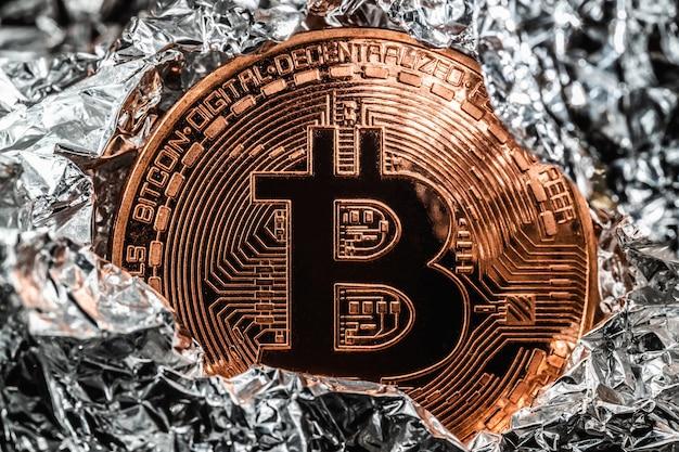 Bitcoin reduzido pela metade. criptomoeda em fundo prata. foto macro